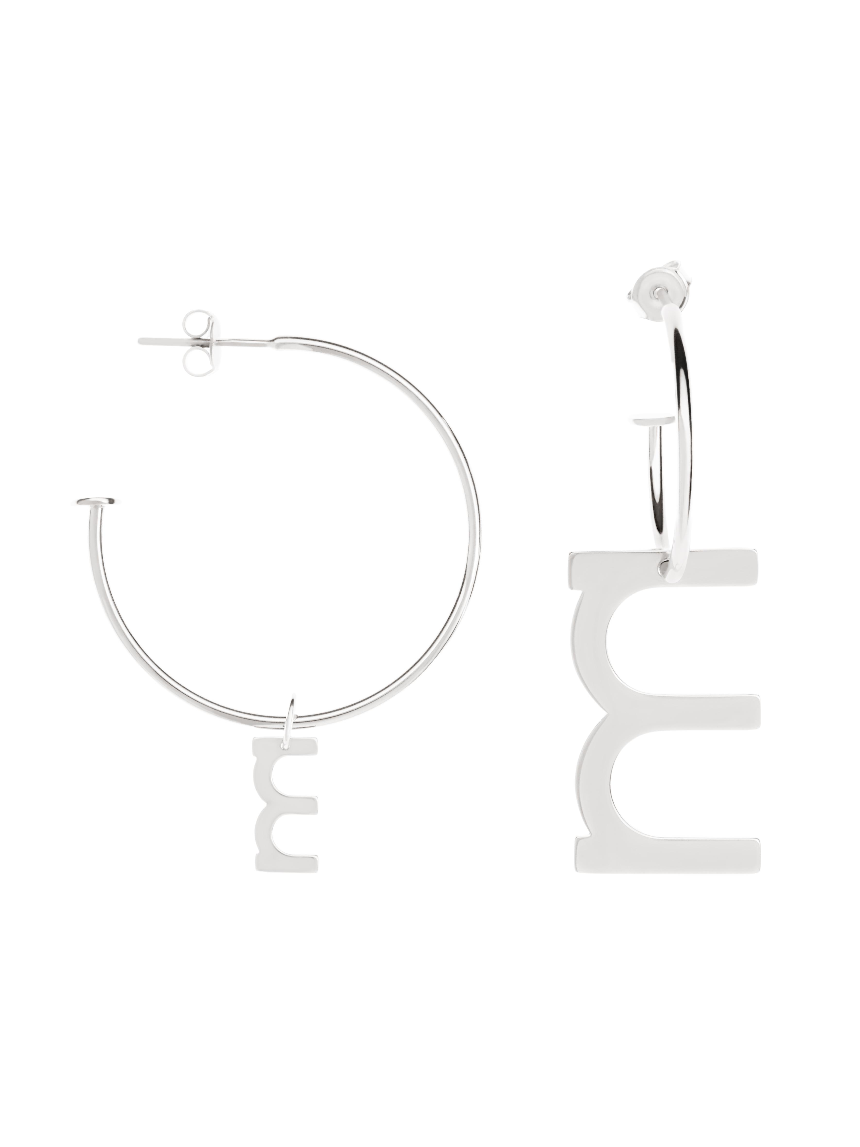 asymetryczne kolczyki kółka z literką me8 silver srebro minimalistyczna biżuteria moie